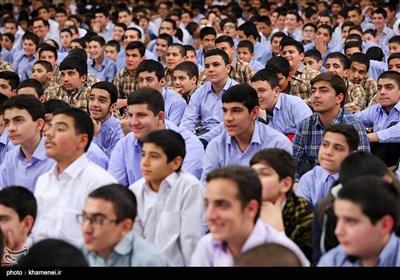 الإمام الخامنئی یستقبل الآلاف من طلبة مدارس العاصمة طهران