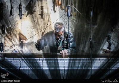 آقای عباس عبدالحفیظی 70 ساله، هنرمندی که از کودکی به شعربافی روی آورده و همچنان با عشق و علاقه در کارگاه شعربافی سهرابی، مشغول به کار می باشد.