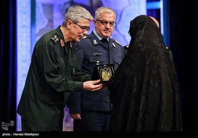 تقدیر از خانواده شهدای فاوا توسط سرلشکر محمد باقری رئیس ستاد کل نیروهای مسلح