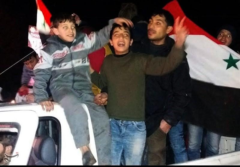 """""""پاپا نویل"""" کے کپڑوں میں ملبوس شامیوں کی دہشتگردی سے پاک پہلی رات کی خوشیاں/ فلم و تصاویر"""