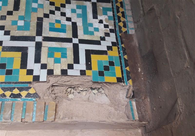 رطوبتی که پایههای مسجد تاریخی اصفهان را سست میکند/ دیوارهها در غفلت مسئولان فرو میریزند + تصاویر