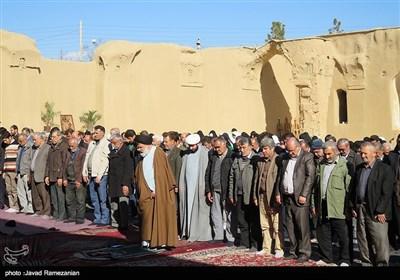 اقامة الصلاة فی مسجد تاریخانه الأثری فی مدینة دامغان الایرانیة