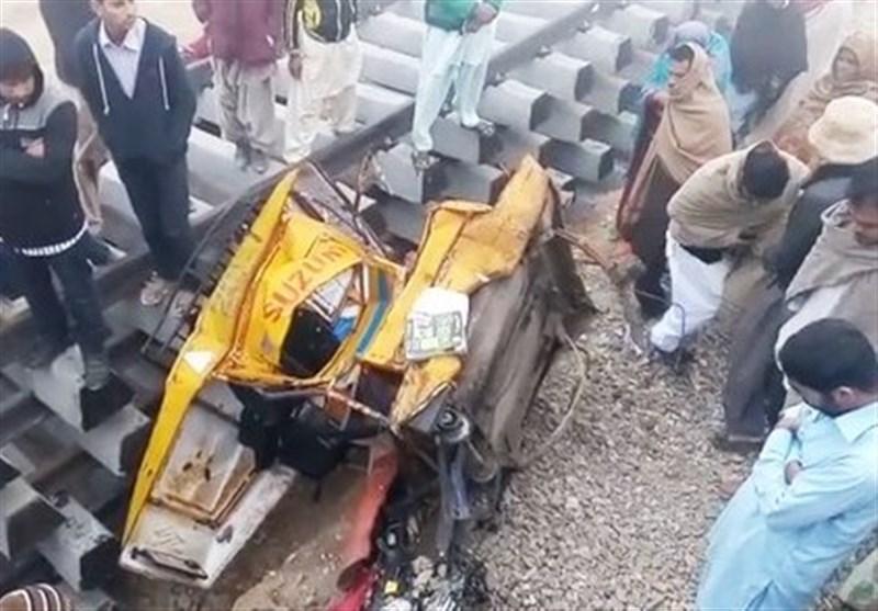 لودھراں؛ 2 رکشے ٹرین کی زد میں، اسکول جانے والے 6 بچے جاں بحق