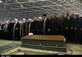 بالفیدیو.. الإمام الخامنئی یقیم الصلاة على آیة الله رفسنجانی