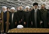 الإمام الخامنئی یصلی على جثمان آیة الله هاشمی رفسنجانی