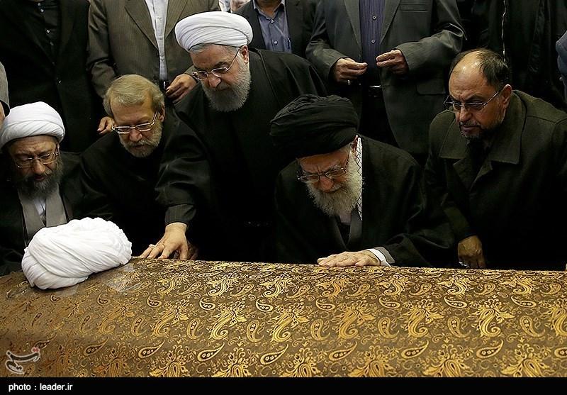 فیلم/ اقامه نماز بر پیکر آیتالله هاشمی رفسنجانی توسط امام خامنهای