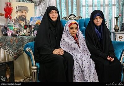 همسر،حنانه و ملیکا کریمی دختران شهید جاویدالاثر مدافع حرم مرتضی کریمی