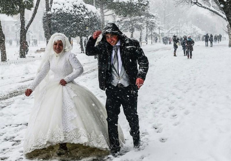 عکس / پیادهروی زوج ترکیهای در خیابان پوشیده از برف