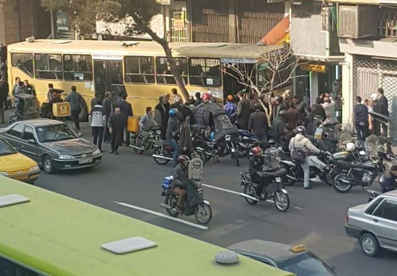 تصادف اتوبوس با سه موتورسیکلت و مغازه در خیابان مطهری