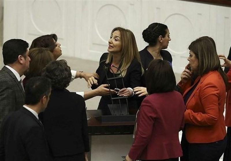نائبة فی البرلمان الترکی تقید یدها بالمنبر + فیدیو وصور
