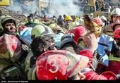 فیلم/ لحظه خروج پیکر آتشنشان یافت شده از زیر آوار پلاسکو