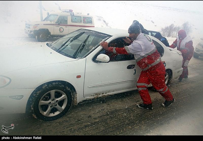 هلال احمر همدان به 1200 مسافر گرفتار در برف امدادرسانی کرد