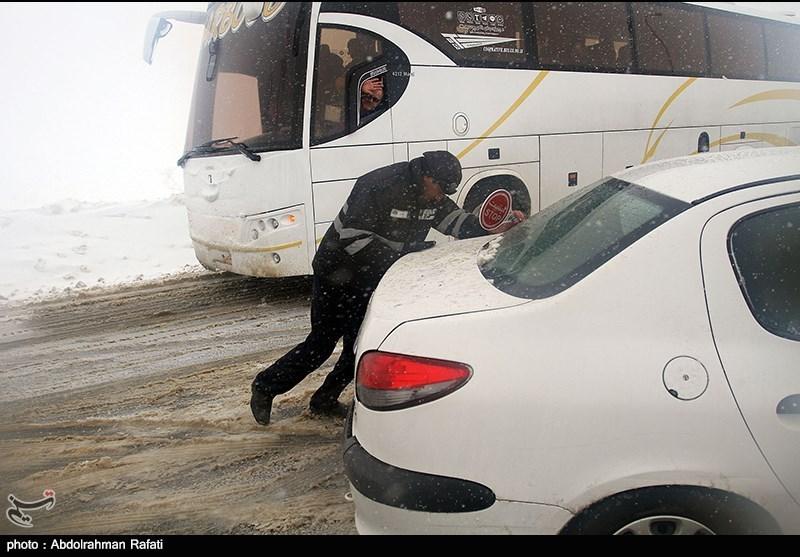 اردبیل| برف و کولاک مسافران محور خلخال به اسالم را زمینگیر کرد
