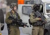 الکیان الصهیونی یفتش منازل الفلسطینیین وینصب الحواجز فی الخلیل