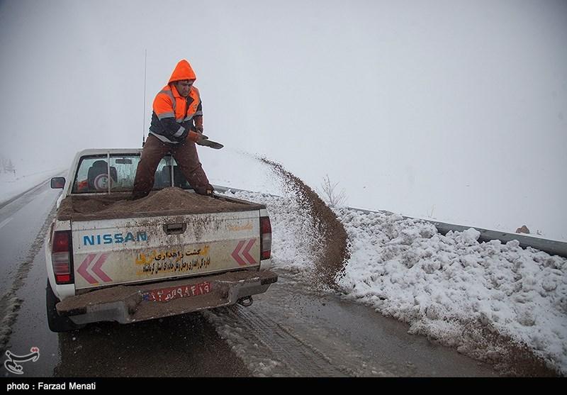 عملیات برفروبی و نمکپاشی در محورهای استان قزوین ادامه دارد