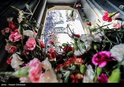 نثر الورود فوق مسیر تشییع الشهداء رجال الاطفاء