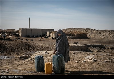 زندگی روزمره در روستای تپه کنیز اهالی این روستای اغلب به دامپروری مشغول هستن مشکل عمده آنان بجز خشک سالی عدم اجازه بی دردسر ورود به خاک افغانستان برای چرای دام هایشان است ، در خاک افغانستان مرتع های خوبی برای چرای دام وجود دارد