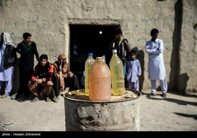 به دلیل فاصله زیاد روستاهای سیستان و بلوچستان و عدم وجود پمپ بنزین در اغلب مناطق این استان، فروش بنزین و سوخت، از جمله راههای درآمد مردم محلی این استان است.