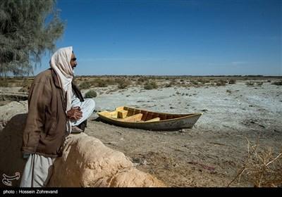 """عبدالرحیم روینده اهل روستای گله بچه می گوید """" روزگاری در این رودخانه هیرمند مشغول صیادی بوده است اما 10 سالی است که خشک سالی شده است و او نیز بیکار شده"""