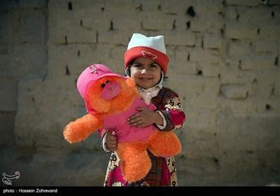 دختر بچه ای به همراه عروسک اش در روستای گله بچه