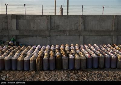 به علت نبود کار و بی توجهی مسئولین و خشکسالی چندسال گذشته، یکی از شغل های کاذب در مرز شرقی ایران قاچاق سوخت است.