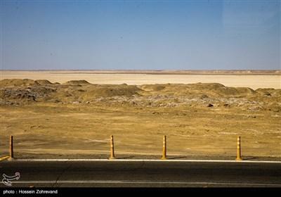 تالاب بین المللی هامون که به دلیل ندادن حق آبه ایراناز طرف افغانستان بیش از 10 سال است دچار خشک سالی شده است و همین باعث مهاجرت گسترده روستاهای اطراف این تالاب و رودخانه هیرمند شده است و با شروع باد های 120 روزه ریگ های کف رودخانه هیرمند در آسمان پخش می شوند و مشکلات تنفسی بسیاری رواج پیدا کرده است .