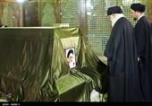 امام خامنهای در حرم امام(ره) حضور یافتند/ حضور رهبر انقلاب بر سر مزار شهدای مدافع حرم و آتشنشان + تصاویر