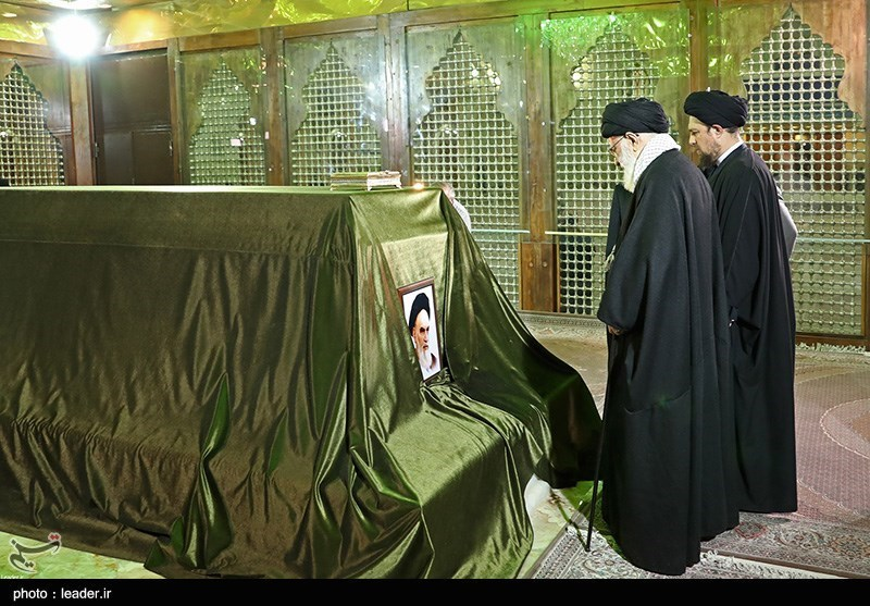 Leader Pays Homage to Late Founder of Iran's Islamic Republic (+Photos)