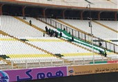 آمادهسازی چمن ورزشگاه با جارو + عکس