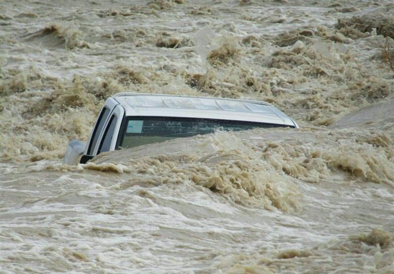خودروی اداره برق مهرستان گرفتار سیلاب شد