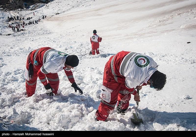 ادامه عملیات جستوجو برای یافتن کارگران گرفتار در برف در جیرفت/ پیکر یک کارگر پیدا شد
