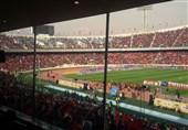 پرچم استقلال با شش سوراخ در دست هواداران پرسپولیس/ بنگر کاپیتان شد+عکس