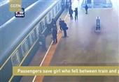 فیلم/ دختر 3 ساله از میان سکو و قطار بیرون کشیده شد