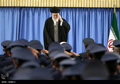 الإمام الخامنئی یستقبل قادة القوة الجویة وکوادرها