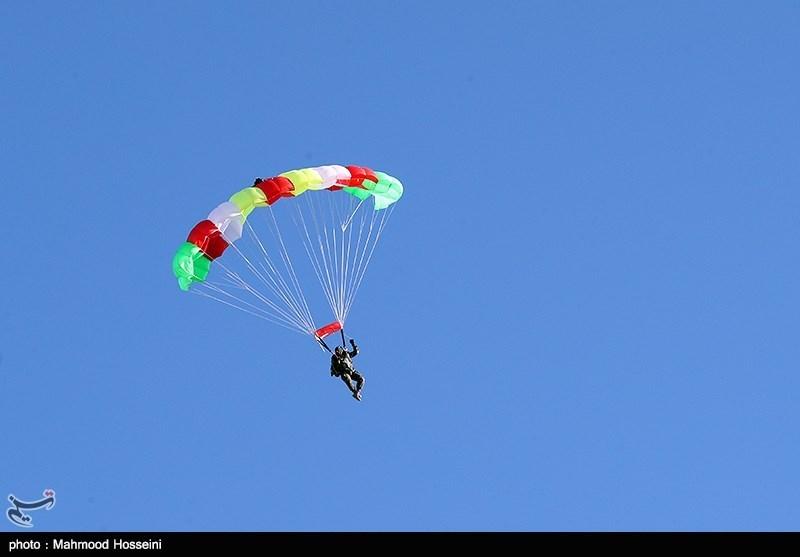 تمرین پرش چتربازان برای مراسم روز 22 بهمن