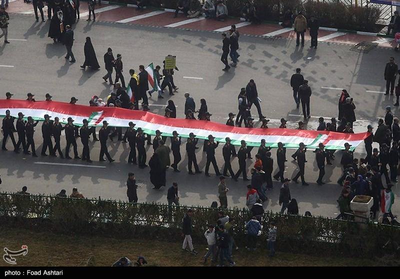 رفع أطول علم إیرانی فی مسیرات ذکرى الثورة +فیدیو