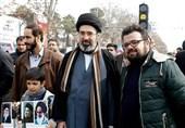 عکس با فرزند و نوه رهبر انقلاب در راهپیمایی