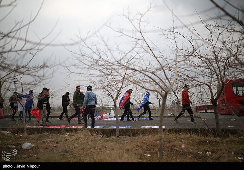 ازدحام جمعیت، تماشاگران دربی تهران را به بالای داربستها برد/ بلیت طبقه دوم رایگان شد + عکس