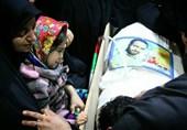 آخرین وداع دختر خردسال شهید مدافع حرم با پیکر پدر+عکس