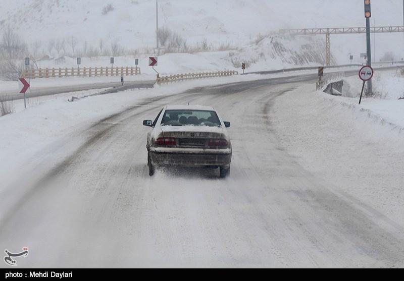 بارش برف و طغیان رودخانهها 35 محور برون شهری را مسدود کرد