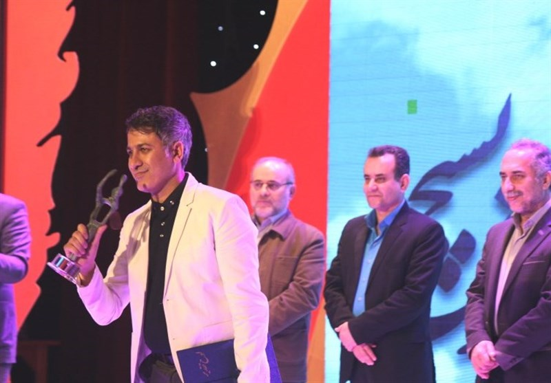 تندیسهای جشنواره تئاتر بسیج در دست برگزیدگان