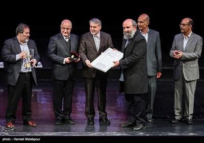 تقدیر از مسعود نجابتی گرافیست توسط سیدرضا صالحی امیری وزیر فرهنگ و ارشاد اسلامی در مراسم اختتامیه نهمین جشنواره بینالمللی هنرهای تجسمی فجر