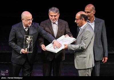 تقدیر از مجتبی ملکزاده خوشنویس در مراسم اختتامیه نهمین جشنواره بینالمللی هنرهای تجسمی فجر