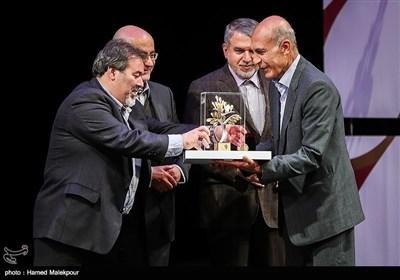 تقدیر از علی اصغر تجویدی نگارگر در مراسم اختتامیه نهمین جشنواره بینالمللی هنرهای تجسمی فجر