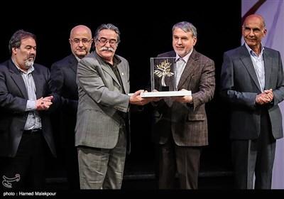 تقدیر از احمد عربانی کاریکاتوریست توسط سیدرضا صالحی امیری وزیر فرهنگ و ارشاد اسلامی در مراسم اختتامیه نهمین جشنواره بینالمللی هنرهای تجسمی فجر
