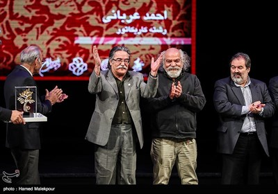 تقدیر از احمد عربانی کاریکاتوریست در مراسم اختتامیه نهمین جشنواره بینالمللی هنرهای تجسمی فجر