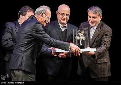 تقدیر از علی قلمسیاه توسط سیدرضا صالحی امیری وزیر فرهنگ و ارشاد اسلامی در مراسم اختتامیه نهمین جشنواره بینالمللی هنرهای تجسمی فجر
