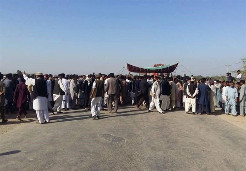 ڈیرہ اسماعیل خان؛ تین افراد کے قتل کے بعد لواحقین کا انڈس ہائی وے بلاک کر کے شدید احتجاج