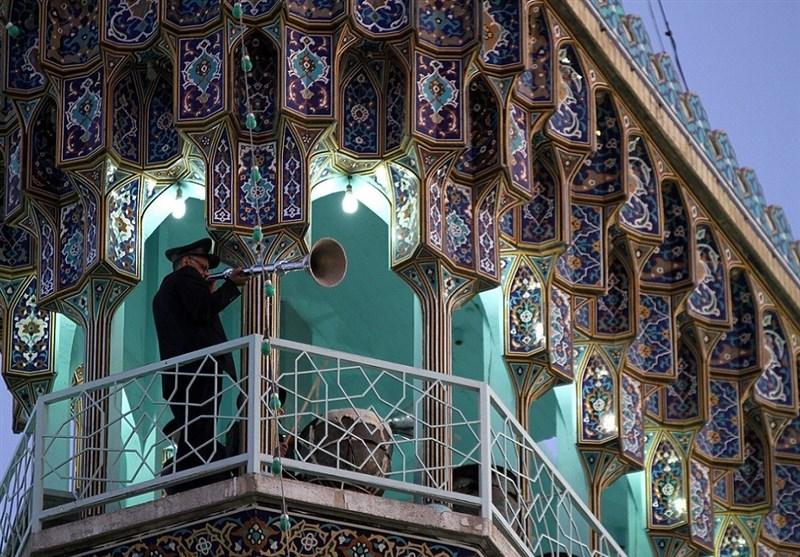 نواختن صدای نقاره حرم رضوی و استقبال مردم کرمانشاه از پرچم امام هشتم(ع)