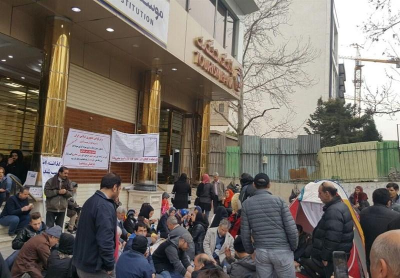 """سپردهگذاران کاسپین در سعادت آباد """"چادر"""" زدند+عکس"""